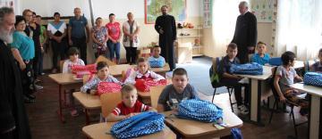 Rechizite şcolare pentru copii defavorizaţi din Arhiepiscopia Dunării de Jos
