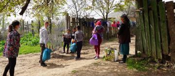 Daruri pentru 40 de familii nevoiaşe din localitatea Cărăpceşti, judeţul Galaţi