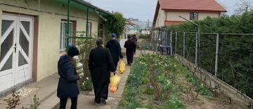 Daruri pentru bătrâni și copii cu sprijinul Protoieriei Nicorești