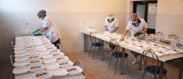 """Cantina """"Sfântul Nicolae"""" a Centrului Eparhial al Arhiepiscopei Dunării de Jos oferă hrană zilnic semenilor noştri"""